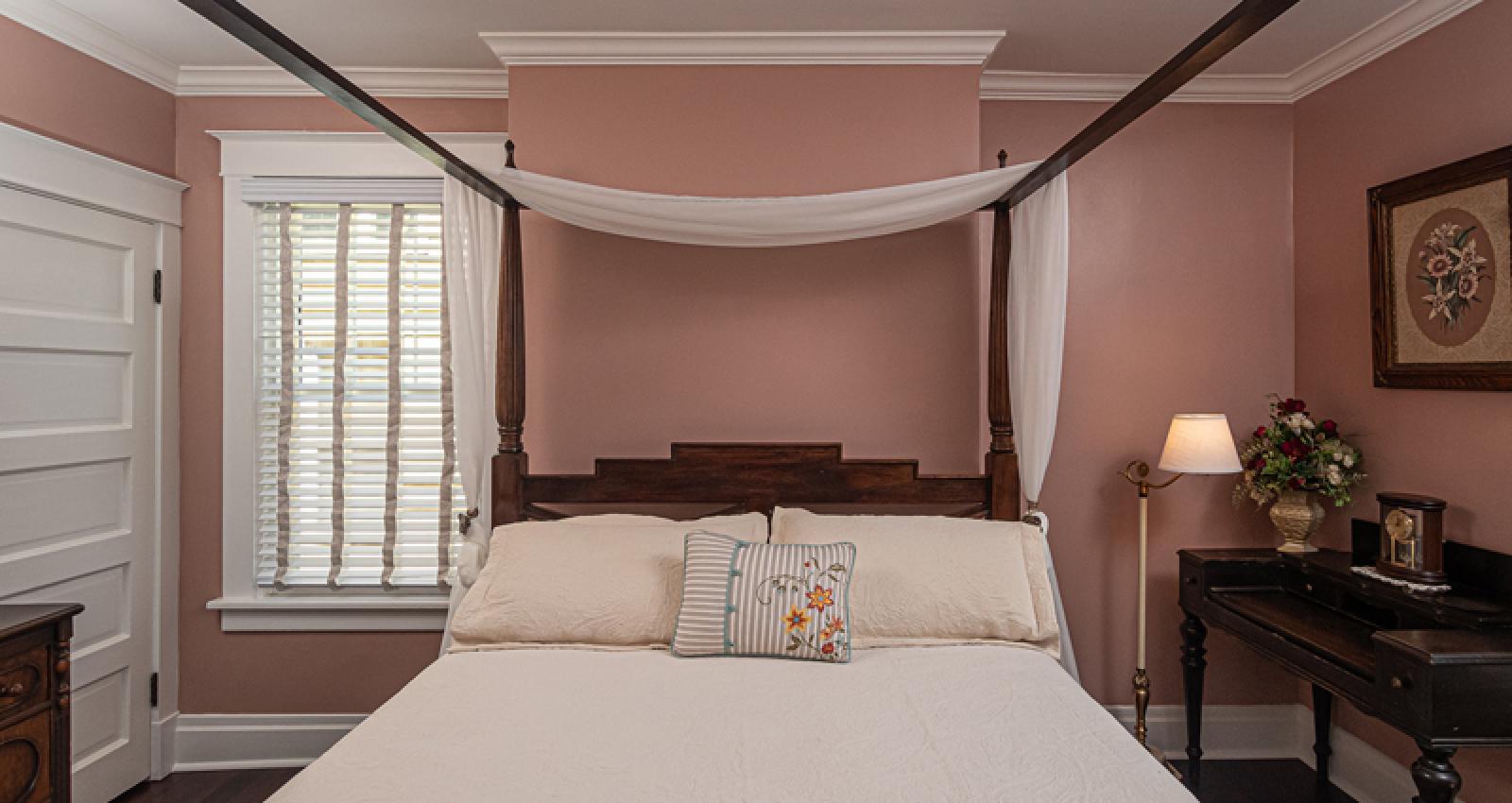Keystone Suite queen poster bed