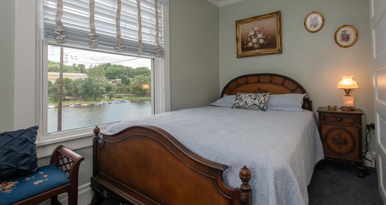 Water Street Room queen bed